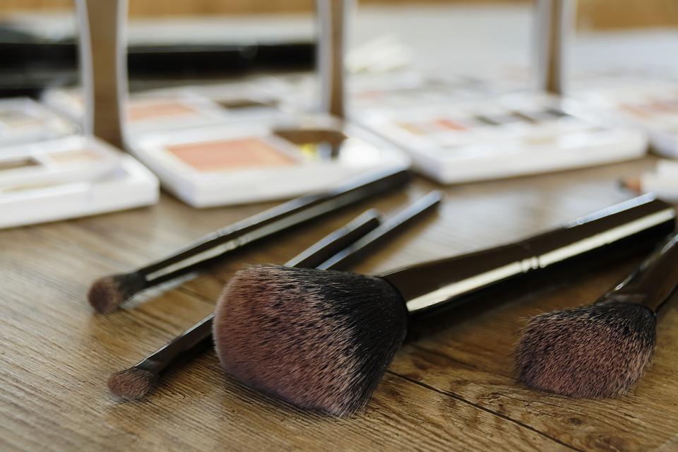 Sa Aleg O Cariera De Makeup Artist?